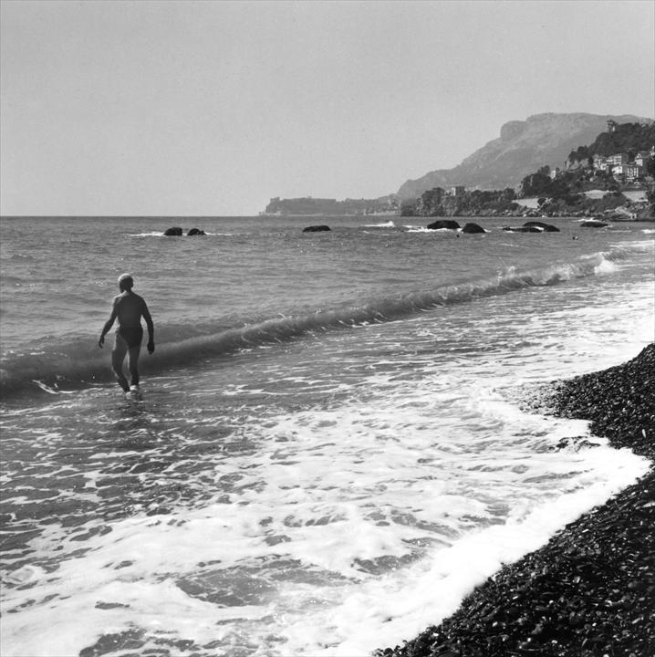 Ле Корбюзье плавает в океане у мыса Cap-Martin, 1964 год. Фото: Люсьен Эрве